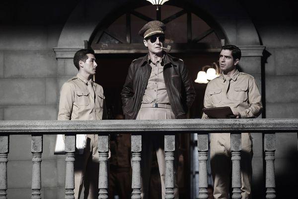 《代號鐵鉻行動》─連恩尼遜飾演麥克阿瑟將軍.jpg