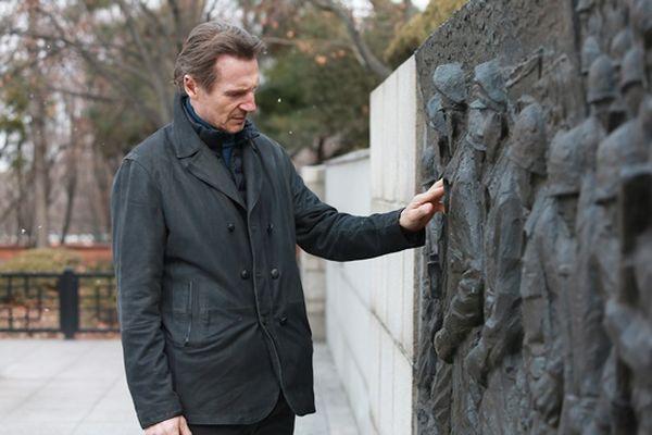 連恩尼遜今年1月趁《代號鐵鉻行動》拍攝期間造訪仁川自由公園,感受當時的氛圍.jpg