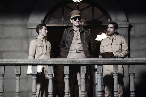 《代號:鐵鉻行動》連恩尼遜飾演麥克阿瑟(2).jpg