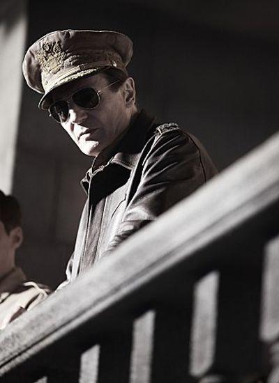 《代號:鐵鉻行動》連恩尼遜飾演麥克阿瑟.jpg