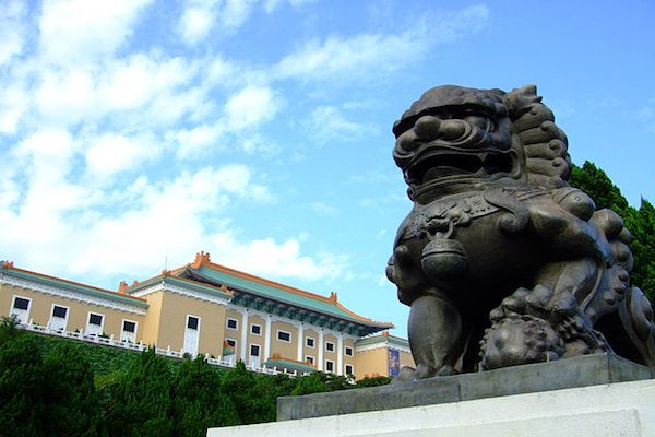 640px-National_Palace_Museum_RightSide_Lion.JPG