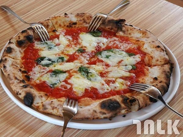 香噴噴現烤的瑪格莉特披薩