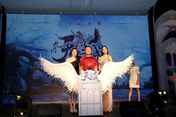 左起始祖鳥互動娛樂CEO錢幽蘭、祖龍娛樂CEO李青、代言人莫允雯.jpg